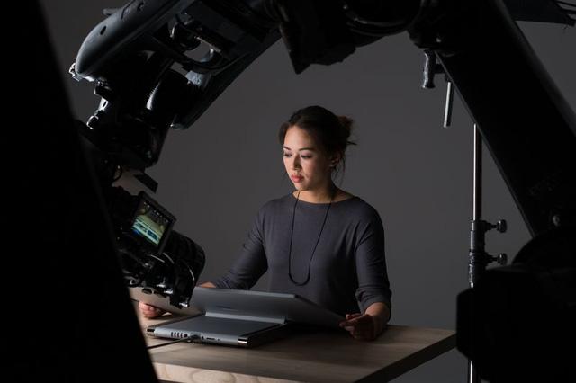 MICROSOFT ĐÃ LÀM RA ĐOẠN QUẢNG CÁO ẤN TƯỢNG CHO SURFACE STUDIO BẰNG MỘT CÁNH TAY ROBOT VÀ TAY CẦM XBOX